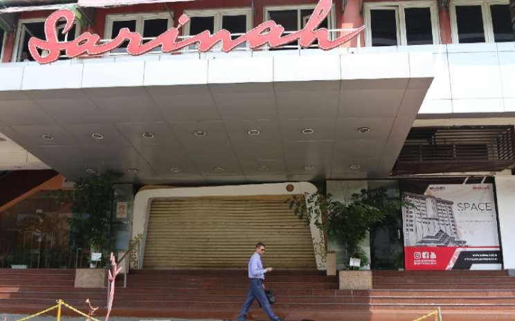 Warga melintasi pusat perbelanjaan Sarinah yang tutup di Jakarta, Rabu (29/4 - 2020). BISNIS.COM