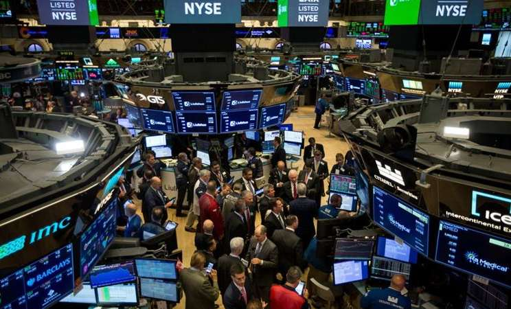 Pedagang bekerja di lantai bursa New York Stock Exchange. -  Michael Nagle / Bloomberg