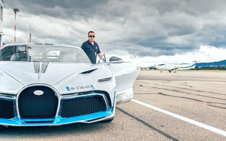 Steve Jenny bertanggung jawab untuk mengeluarkan persetujuan dinamis mobil sport hyper sejak 2005. Ia menguji hampir semua model Bugatti dengan memperhatikan bahkan detail terkecil.  - Bugatti