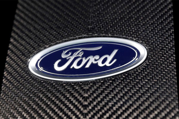 Logo Ford di New York Auto Show di Manhattan New York City, New York, AS. - REUTERS