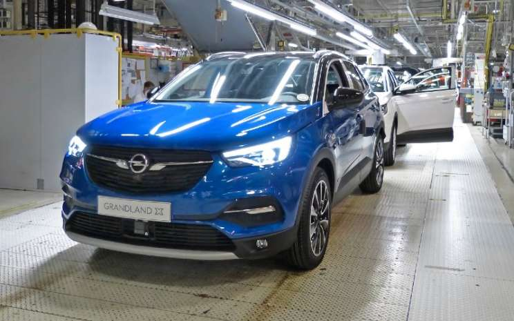 Opel Grandland X Hybrid di jalur produksi di pabrik Eisenach. SUV listrik hibrida colok berpenggerak roda depan ini terlahir empat bulan setelah kelahiran saudara kandungnya yang berpenggerak semua roda Opel Grandland X Hybrid4. - OPEL