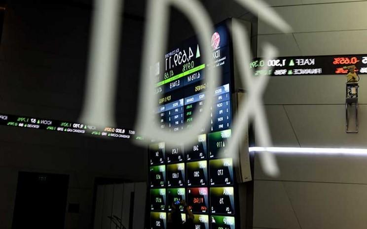 Pekerja mengambil gambar pergerakan Indek Harga Saham Gabungan (IHSG) dengan ponselnya di Bursa Efek Indonesia, Jakarta, Senin (11/5/2020). Berdasarkan data Bursa Efek Indonesia (BEI), pergerakan IHSG pada Senin (11/5/2020) berakhir di level 4.639,1 dengan penguatan sekitar 0,91 persen atau 41,67 poin dari level penutupan perdagangan sebelumnya. ANTARA FOTO - Muhammad Adimaja