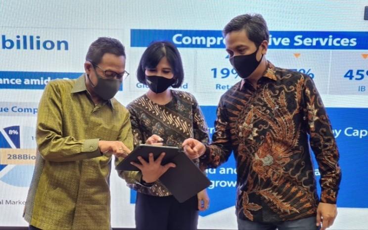 (ki-ka) Direktur Operations Mandiri Sekuritas Heru Handayanto, Direktur Retail Mandiri Sekuritas Theodora VN Manik, dan Direktur Utama Mandiri Sekuritas Dannif Danusaputro berbincang usai menyampaikan kinerja semester I di Jakarta (23/7) - Bisnis/Dhiany Nadya Utami
