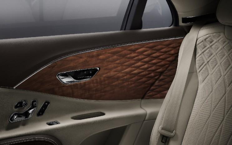 Panel kayu tiga dimensi di pintu Bentley Flying Spur. - Bentley