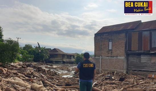 Peduli Sesama, Bea Cukai Salurkan Bantuan untuk Korban Banjir Luwu Utara