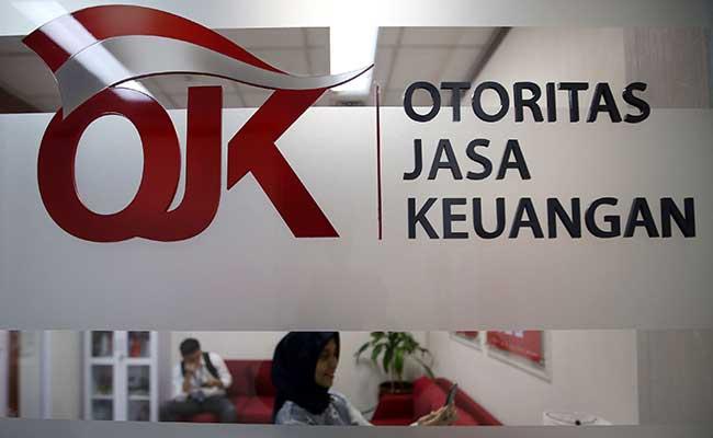 Karyawan menjawab telepon di Call Center Otoritas Jasa Keuangan (OJK) di Jakarta. Bisnis - Abdullah Azzam
