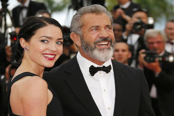 Mel Gibson dan pacarnya, Rosalind Ross - emirates247