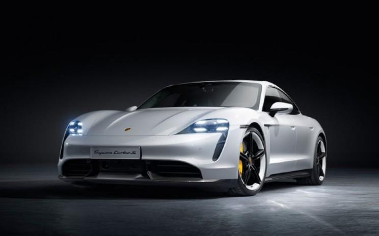 Ilustrasi: Porsche Taycan Turbo S. Harga jual akan disesuaikan dengan skema pajak dan insentif pemerintah terkait dengan mobil listrik.  - Porsche