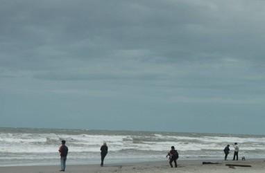 Menapaki Pesisir Panjang di Pantai Panjang