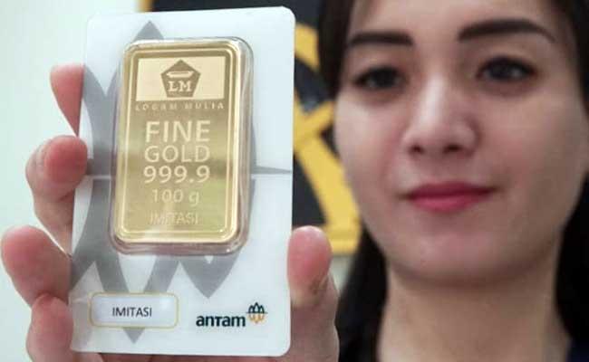 Karyawan menunjukan logam mulia di Butik Emas Antam, Jakarta, Selasa (11/2/2020). Harga emas 24 Karat Antam terus mencetak kenaikan hingga menembus level Rp1 juta per gram. Bisnis - Himawan L Nugraha