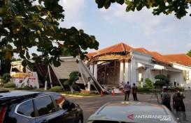 Lobi Bagian Depan Kantor OJK Regional 3 Jawa Tengah Roboh