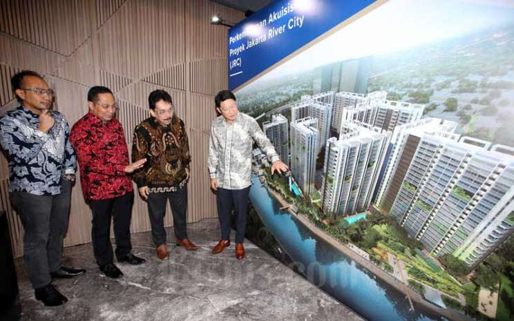 Direktur Utama PT Urban Jakarta Propertindo Tbk. (URBN) Bambang Sumargono (kedua kanan) berbincang dengan Direktur Operasional Firdaus Fahmi (kedua kiri), Direktur Jakarta River City (JRC) Fajar Ariswandi (kiri) dan Pemegang saham utama Robert Soeharsono (kanan) di sela-sela konferensi pers di Jakarta, Selasa (28/7/2020). Bisnis - Abdullah Azzam