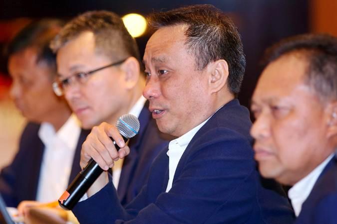 Presiden Direktur PT Astra Agro Lestari Tbk. Santosa (kedua kanan) memberikan penjelasan usai Rapat Umum Pemegang Saham Tahunan di Jakarta, Senin (15/4/2019). - Bisnis/Abdullah Azzam