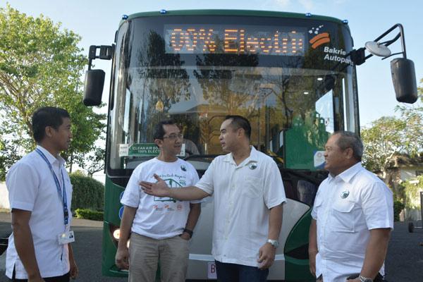 Wakil Dirut PT Bakrie & Brothers Tbk Ardiansyah Bakrie (kedua kanan), Direktur PT Bakrie & Brothers Tbk Dody T. Wijaya (kanan), Head of Corporate Communication PT Bakrie & Brothers Tbk Bayu Nimpuno (kedua kiri) dan Kepala Divisi Operasi Nusa Dua ITDC Made Pariwijaya (kiri) berbincang saat test drive bus listrik di Ungasan, Badung, Bali, Senin (15/10/201). Grup Bakrie menjalin kerja sama dengan pabrikan bus listrik asal China, BYD Auto untuk mengembangkan bisnis bus listrik di Indonesia. - ANTARA