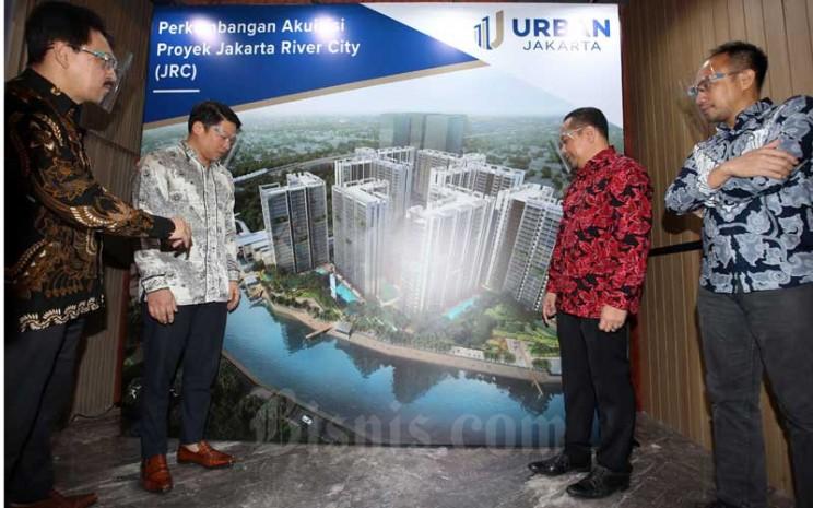 Direktur Utama PT Urban Jakarta Propertindo Tbk. (URBN) Bambang Sumargono (kiri) berbincang dengan Direktur Operasional Firdaus Fahmi (kedua kanan), Direktur Jakarta River City (JRC) Fajar Ariswandi (kanan) dan Pemegang saham utama Robert Soeharsono (kedua kiri) di sela-sela konferensi pers di Jakarta, Selasa (28/7/2020). Bisnis - Abdullah Azzam