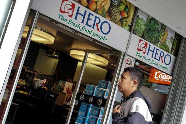 Warga memasuki gerai Hero di kawasan Gondangdia, Jakarta, Senin (14/1/2019). PT Hero Supermarket Tbk membukukan rugi bersih per semester I/2020. - ANTARA/Putra Haryo Kurniawan