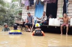 Prajurit TNI dan Basarnas Selamatkan Korban Banjir…
