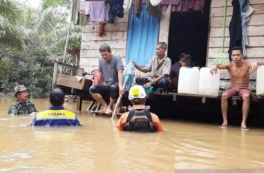 Prajurit TNI dan Basarnas Selamatkan Korban Banjir di Aceh Jaya