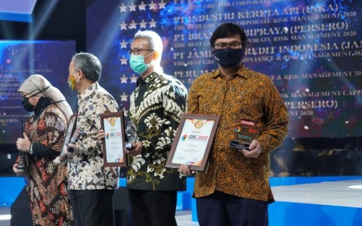 Risk and Quality Management Group Head Jasa Marga Bayu Nurbaya menerima penghargaaan The Best GRC For Compliance & Risk Management 2020 (In Services Industry). Penyerahan penghargaan dilakukan di Auditorium TVRI, Jakarta, Rabu (29/7/2020). - jasamarga