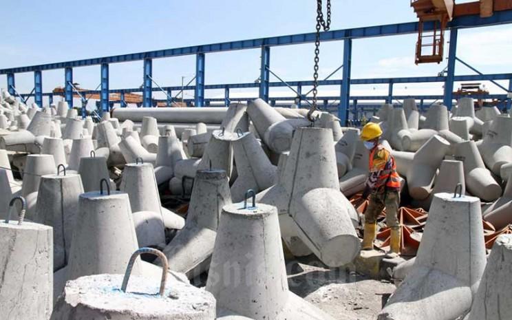 Pekerja PT Waskita Beton Precast Tbk. (WSBP) menyelesaikan proses akhir pembuatan produk Spun Pile di Plant Karawang Jawa Barat, Rabu (17/6/2020). Bisnis - Dedi Gunawan