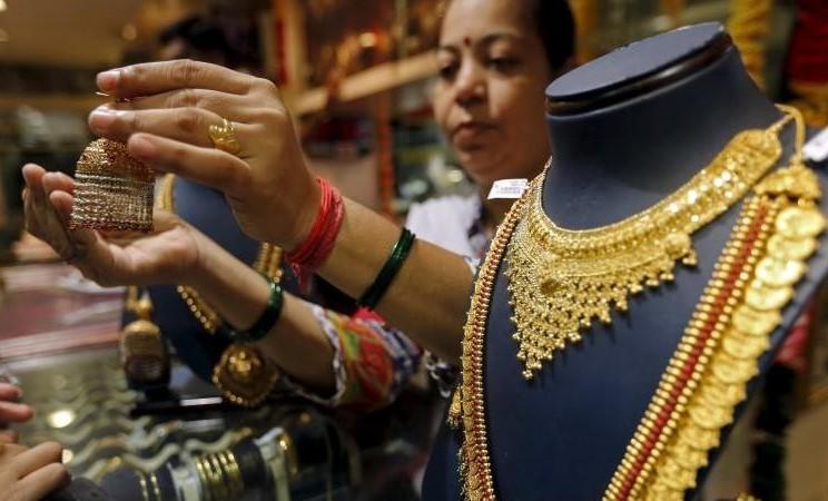 Pedagang memajang perhiasan emas di sebuah toko di India. - Reuters