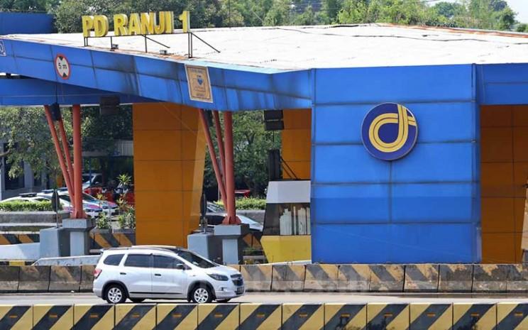 Sejumlah mobil memasuki gerbang tol Pondok Ranji di Tangerang Selatan, Banten, Minggu (15/3/2020). Bisnis - Eusebio Chrysnamurti