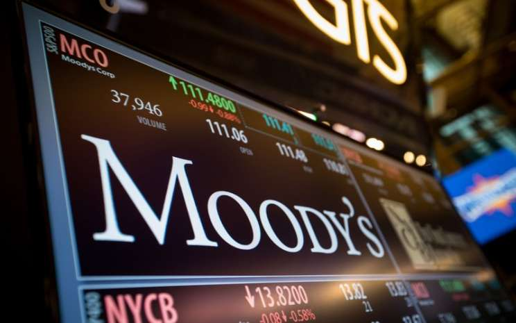 Monitor menampilkan nama Moody's Corp. -  Bloomberg / Michael Nagle