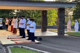 Presiden Jokowi Salat Iduladha di Halaman Wisma Bayurini,…