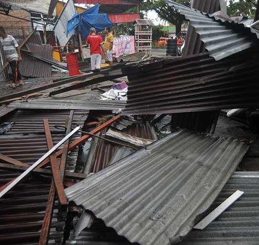 Angin Puting Beliung di Padang Hancurkan Puluhan Rumah