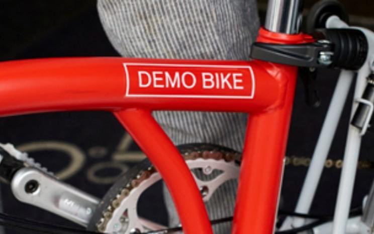 Ilustrasi. Sepeda yang mengandalkan kepraktisan ini mendadak heboh di linimasa media sosial Tanah Air, setelah Brompton Bicycle Inggris mencari salah satu unit yang dikabarkan sempat terlacak dijual di sebuah situs jual-beli Indonesia pada akhir Juni 2020. - Brompton