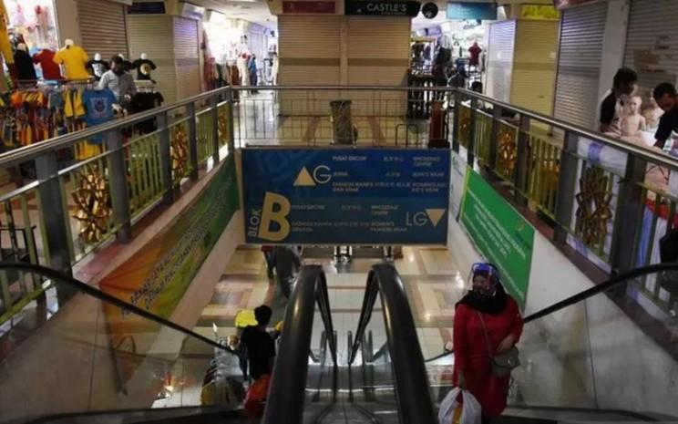 Pengunjung berbelanja di Blok B Pasar Tanah Abang, Jakarta, Senin (15/6/2020). Pasar Tanah Abang blok A, B, F dan G kembali dibuka di masa Pembatasan Sosial Berskala Besar (PSBB) transisi dengan menerapkan protokol kesehatan dan pemberlakuan sistem ganjil-genap toko. - Antara\\n\\n