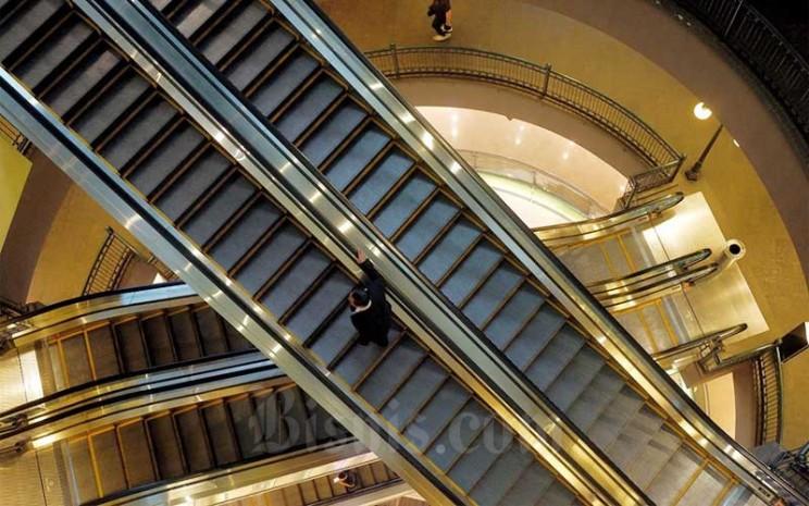 Suasana lengang terlihat di salah satu pusat perbelanjaan usai adanya anjuran untuk menjaga jarak sosial dan beraktivitas dari rumah untuk mencegah penyebaran virus corona di Jakarta, Senin (23/3/2020). Asosiasi Peritel Indonesia (Aprindo) juga memprediksi penurunan penjualan ritel kuartal pertama 2020 turun hingga 0,4 persen dibanding dengan kuartal pertama tahun lalu. Bisnis - Nurul Hidayat