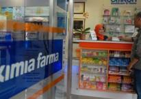 Konsumen melakukan transaksi di salah satu apotek Kimia Farma/Bisnis.com