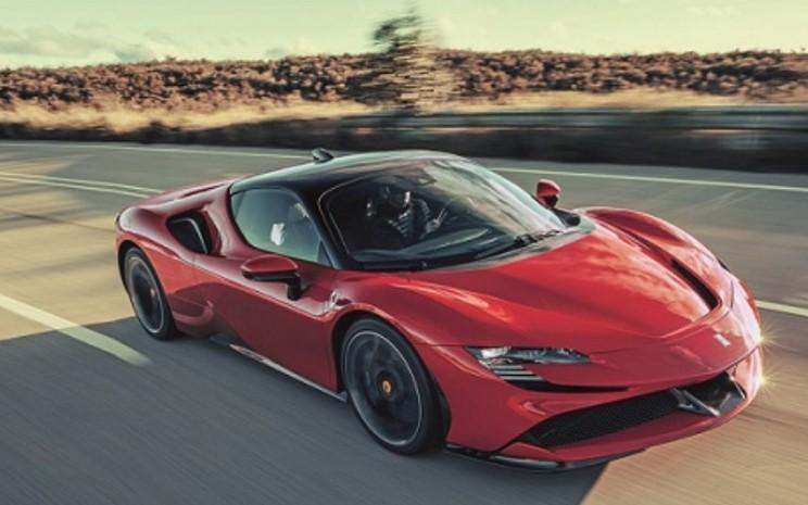SF90 Stradale adalah model hibrida produksi seri pabrikan berlogo Kuda Jingkrak.  - Ferrari