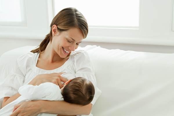 Ilustrasi - Ibu memberikan ASI ekslusif kepada bayinya. ASI mengandung zat kekebalan tubuh yang kalau diberikan kepada bayi bisa menurunkan komorbiditas dan mortalitas sampai 12-13 persen - Talkfeed.co.za