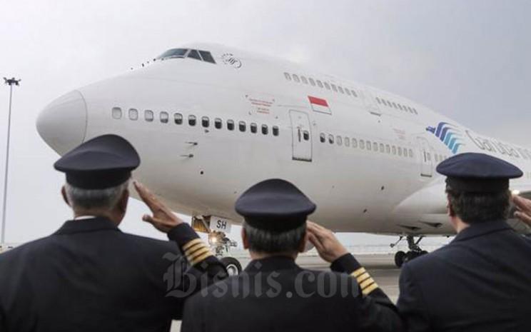 Pilot dan kru pesawat memberi penghormatan terakhir kepada pesawat Garuda Boeing 747-400 di Hanggar 4 GMF Aero Asia, Tangerang, Banten, Senin. Garuda Indonesia menyatakan akan tetap memenuhi kewajiban pembayaran Kontrak Investasi Kolektif Efek Beragun Aset (KIK) EBA dengan menyesuaikan kondisi likuiditas perseroan saat ini. - JIBI/Felix Jody Kinarwan