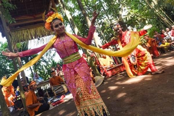 Sepasang penari mementaskan Tari Jaran Goyang di Desa Kemiran, Banyuwangi, Jawa Timur, Minggu (10 Januari 2016).  -  Antara /Zabur Karuru