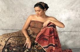Dian Sastro, Pamer Kecintaan Etnik Batik dan Tenun Sebagai Doa