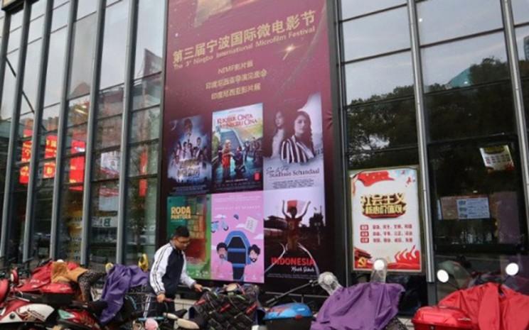 Beberapa film Indonesia diputar di salah satu gedung bisokop utama di Kota Ningbo, Provinsi Zhejiang, China, dalam Festival Mikrofilm Internasional pada 2018./Antara - M. Irfan Ilmie