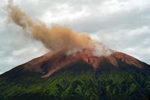 Gunung Kerinci Mengembuskan Gas dan Material