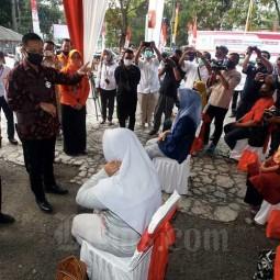 Mensos Juliari P Batubara Tinjau Penyaluran Bansos Tunai Gelombang II di Jawa Barat