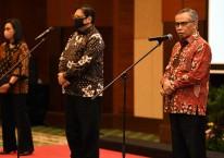 Menteri Keuangan Sri Mulyani (kiri) bersama Menteri Koordinator Perekonomian Airlangga Hartarto (tengah) dan Ketua Dewan Otoritas Jasa Keuangan Wimboh Santoso (kanan) memberikan keterangan pers terkait progam penjaminan pemerintah kepada padat karya dalam rangka percepatan pemulihan ekonomi nasional di Jakarta, Rabu (29/7/2020). Bisnis
