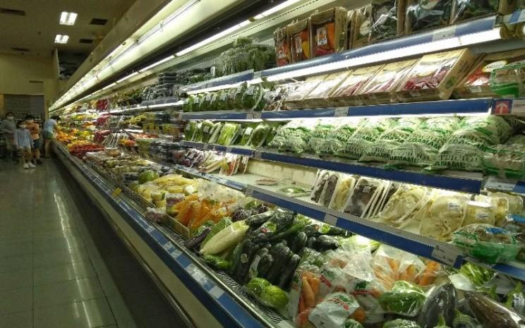 Konsumen memilih makanan dan bahan makanan di salah satu supermarket di Jakarta, Kamis (7/5 - 2020). BISNIS.COM