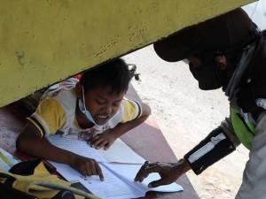 Pandemi Covid-19 Membuat Anak SD di Boyolali Jawa Tengah Belajar di Pinggir Jalan
