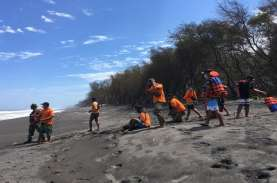 7 Turis Tersambar Ombak saat Main Bola di Tepi Pantai…