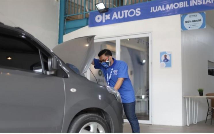 Karyawan OLX Auto tengah memeriksa kendaraan bekas. OLX Autos, dalam riset whitepaper bertajuk Pasar Mobil Bekas Indonesia di Era New Normal, memproyeksikan pasar mobil bekas akan pulih dalam tiga bulan ke depan. Hal itu seturut dengan dibukanya kembali aktivitas perekonomian nasional secara bertahap.  - OLX