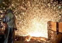 Pekerja melakukan proses pemurnian dari nikel menjadi feronikel di fasilitas pengolahan dan pemurnian (smelter) Pomalaa milik PT Aneka Tambang (ANTAM) Tbk, di Kolaka, Sulawesi Tenggara./JIBI-Nurul Hidayat