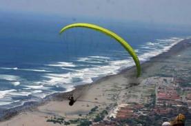 Main Bola di Pantai, Wisatawan Terseret Ombak Pantai…