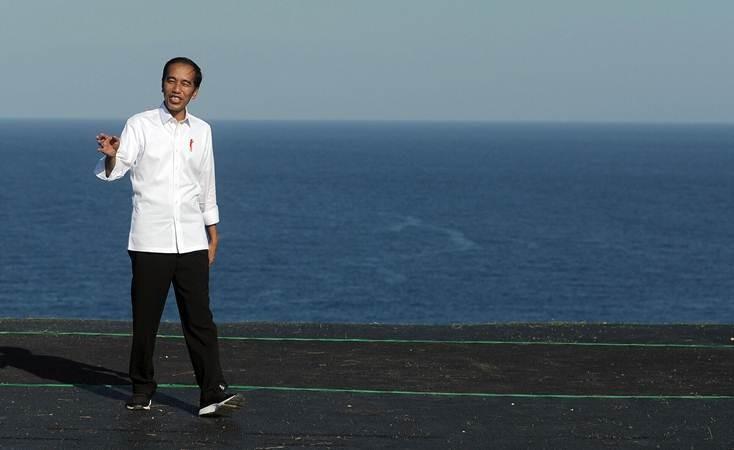 "Presiden Joko Widodo meninjau lokasi latihan olahraga paralayang saat mengunjungi kawasan pariwisata berbasis olahraga atau ""sport tourism"" di Desa Kutuh, Badung, Bali, Jumat (17/5/2019). - ANTARA/Fikri Yusuf"