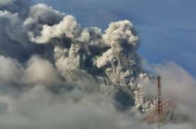 Abu Vulkanik Gunung Sinabung Guyur Empat Kecamatan
